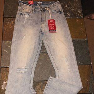 Denim - NWT LEVI'S High Rise Skinny Signature Jeans Sz 2